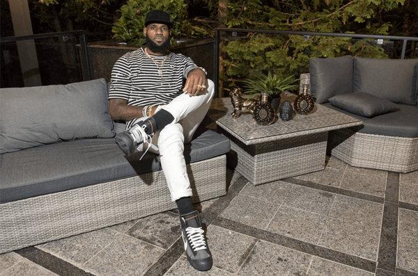 詹皇上脚 Off-White x Blazer 联名鞋款,要开卖了么?