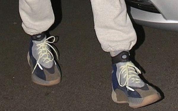 YEEZY 全新高版鞋款已有人上脚?这次可以看到更多细节~