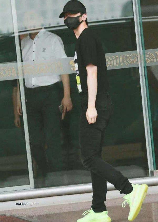 蔡徐坤身穿 ALLSAINTS REX 牛仔裤,彰显年轻个性