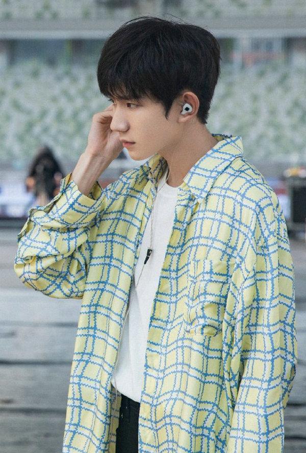 王源身穿 Marni 衬衫现身 TFBOYS 六周年演唱会彩排现场