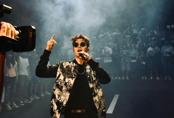 刘宪华身着 BALMAIN 夹克出席《中国新说唱》节目录制