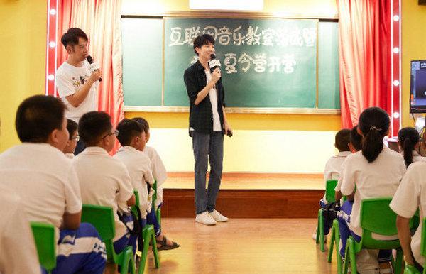 王俊凯搭配 Sandro 衬衫参与公益活动