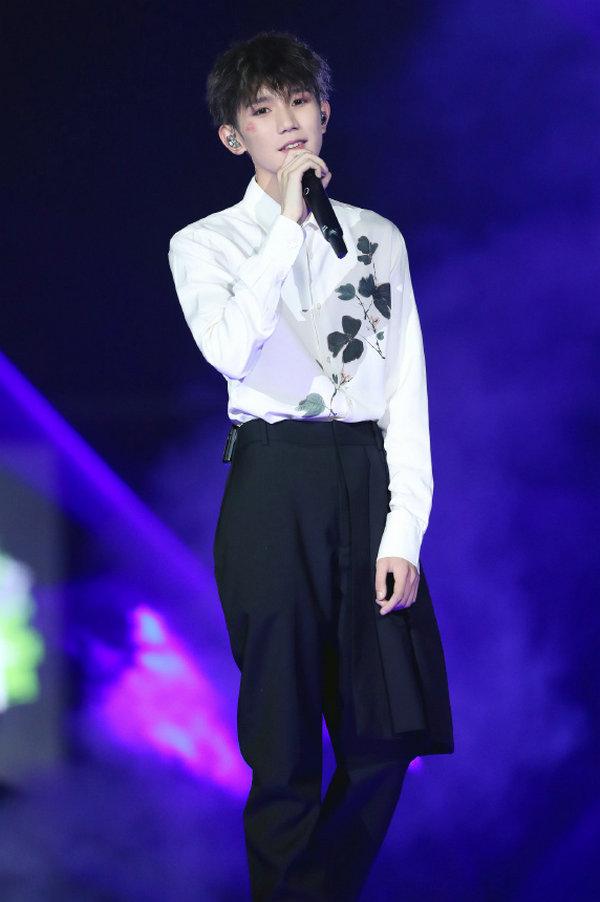 王源身着 Alexander McQueen 衬衫亮相个人演唱会