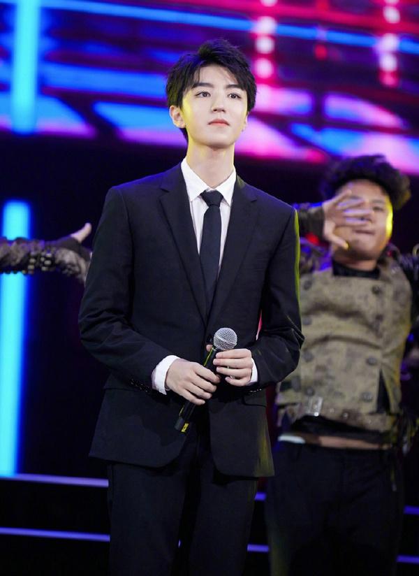 王俊凯身着 DIOR 西装亮相第17届电影表演艺术学会奖颁奖典礼