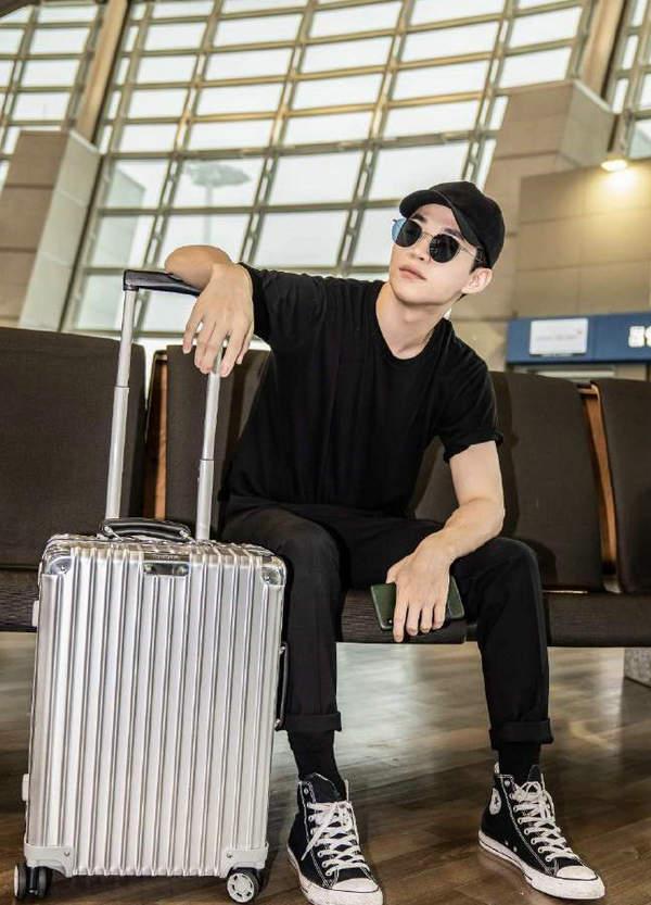 刘宪华携 RIMOWA 登机箱现身首尔仁川机场