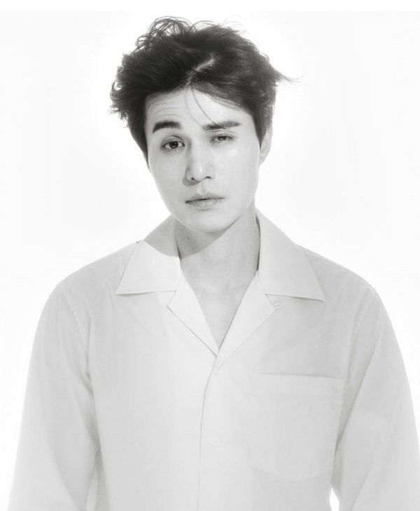 李东旭身穿 CALVIN KLEIN 衬衫为 T Magazine Singapore 拍摄大片