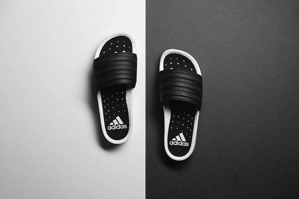 阿迪达斯 Adilette Boost Slides 黑白拖鞋上架,仅限男码
