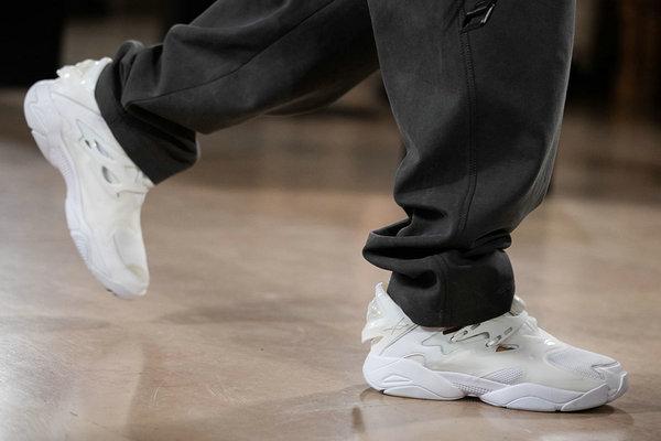 锐步 x Juun.J 全新联名 Pump Court 鞋款亮相时装周