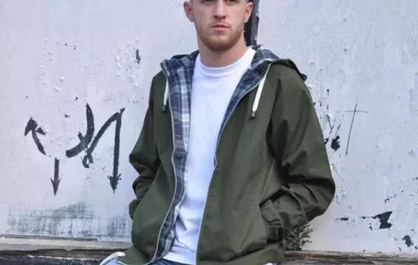 军绿色外套配什么颜色内搭?穿不腻又高级的单品来 get