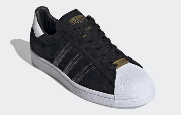 阿迪达斯贝壳头黑白配色鞋款下月上架,烫金奢华感