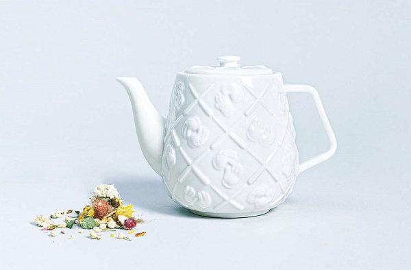 KAWS x AllRightsReserved 联名陶瓷茶壶公布,限量 1000 个