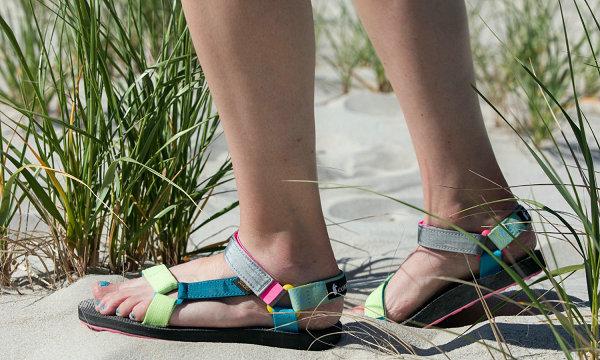 Teva x Cotopaxi 全新联名鞋款系列上架,活力霓虹配