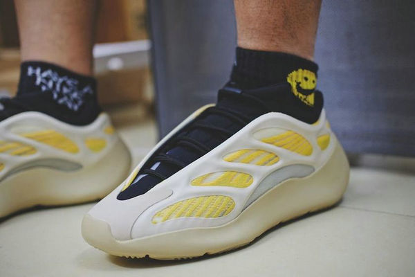 "Yeezy 700 V3 鞋款全新""Safflower""配色实物谍照曝光~"