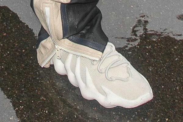 "Yeezy 450 鞋款首发""Cloud White""配色下月登陆"